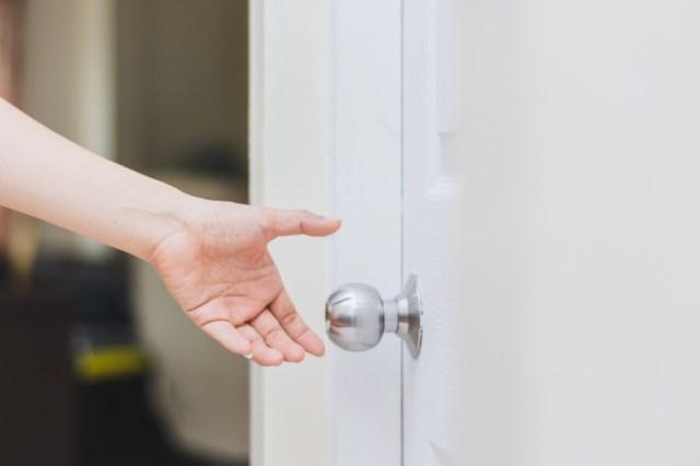 محاولة اغلاق الباب في المنام معلومة